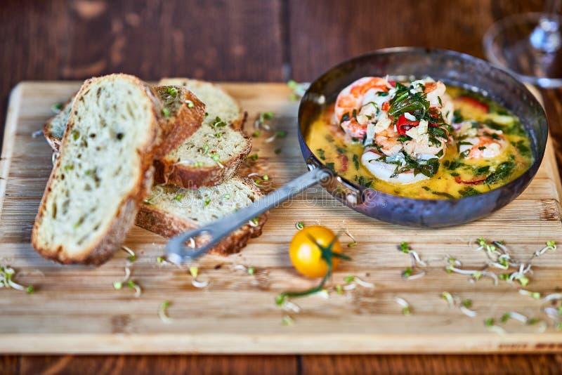 Πικάντικες γαρίδες γαρίδων τσίλι σκόρδου στο τηγάνισμα του τηγανιού με το λεμόνι και το cilantro στοκ φωτογραφίες