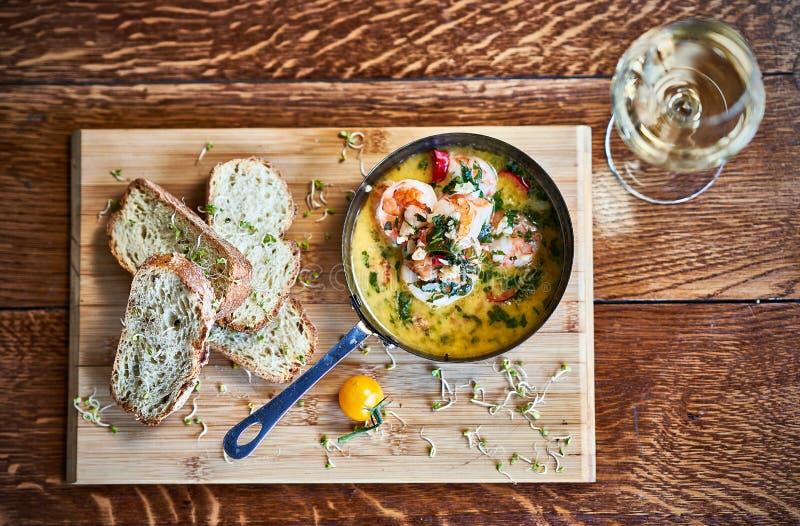 Πικάντικες γαρίδες γαρίδων τσίλι σκόρδου στο τηγάνισμα του τηγανιού με το λεμόνι και το cilantro στοκ φωτογραφίες με δικαίωμα ελεύθερης χρήσης