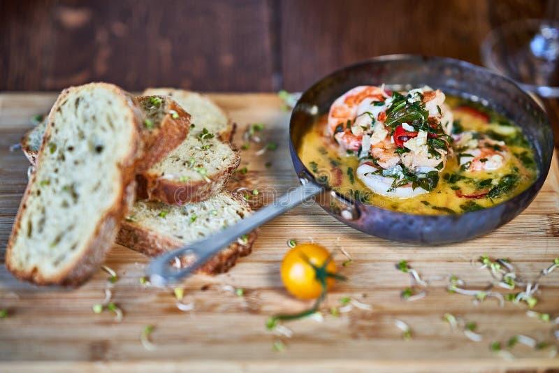 Πικάντικες γαρίδες γαρίδων τσίλι σκόρδου στο τηγάνισμα του τηγανιού με το λεμόνι και το cilantro στοκ εικόνα με δικαίωμα ελεύθερης χρήσης