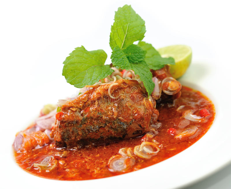 Πικάντικες σαρδέλλες στα κονσερβοποιημένα ψάρια σάλτσας ντοματών στοκ εικόνες