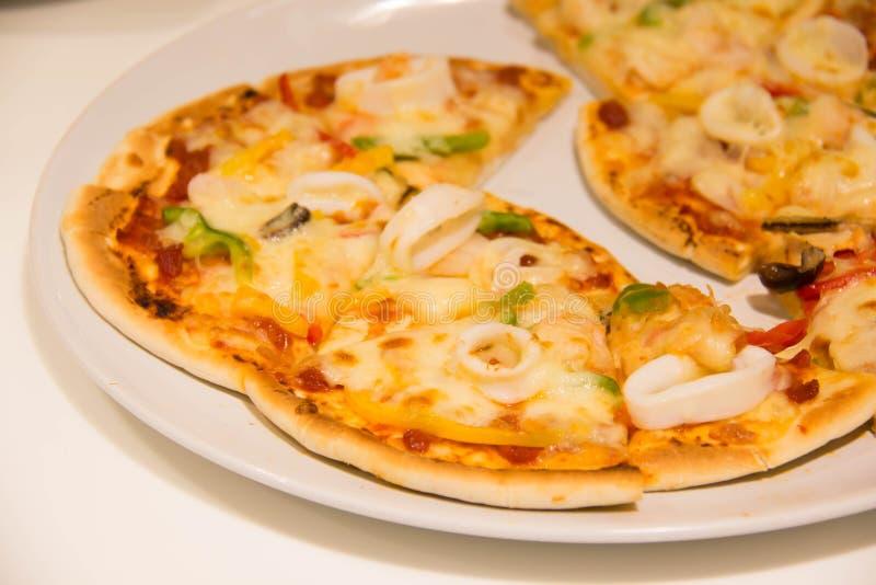 Πικάντικη πίτσα θαλασσινών σε έναν πίνακα στοκ φωτογραφία με δικαίωμα ελεύθερης χρήσης