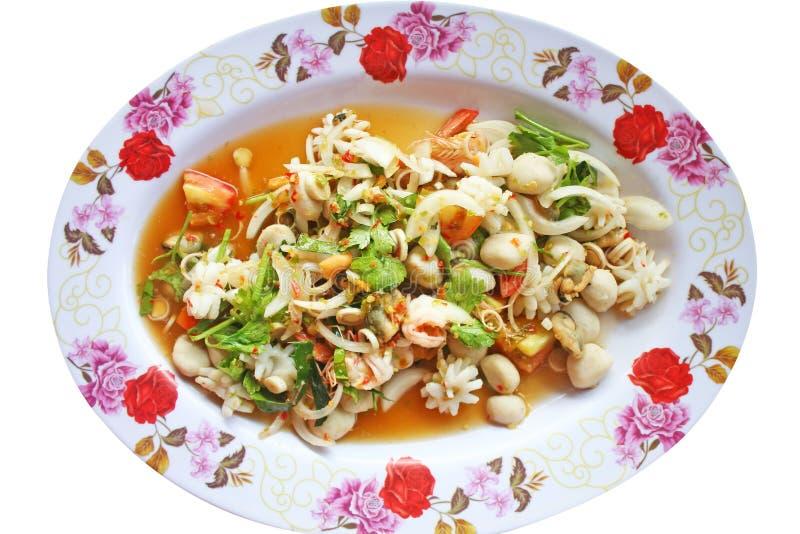 Πικάντικη σαλάτα θαλασσινών, ταϊλανδικά τρόφιμα που απομονώνονται στο άσπρο υπόβαθρο στοκ φωτογραφία με δικαίωμα ελεύθερης χρήσης