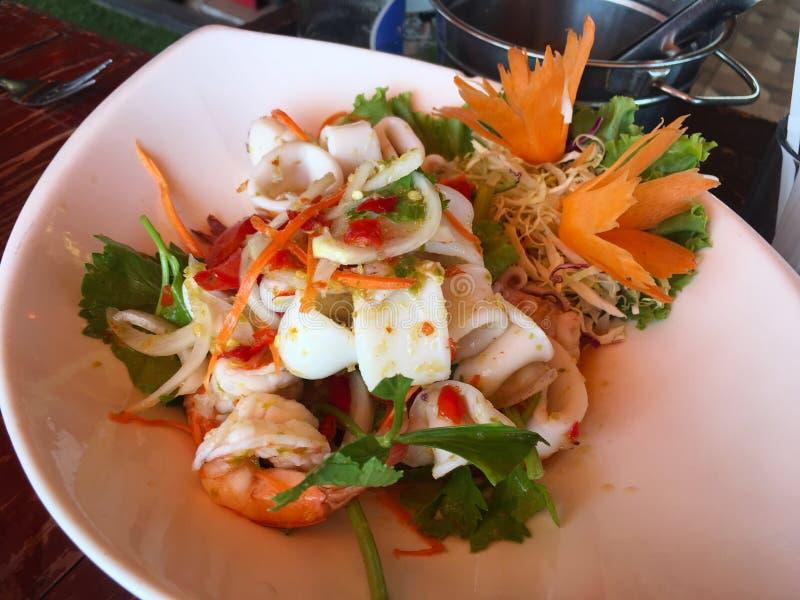 Πικάντικη σαλάτα θαλασσινών, ταϊλανδικά τρόφιμα στοκ εικόνα με δικαίωμα ελεύθερης χρήσης