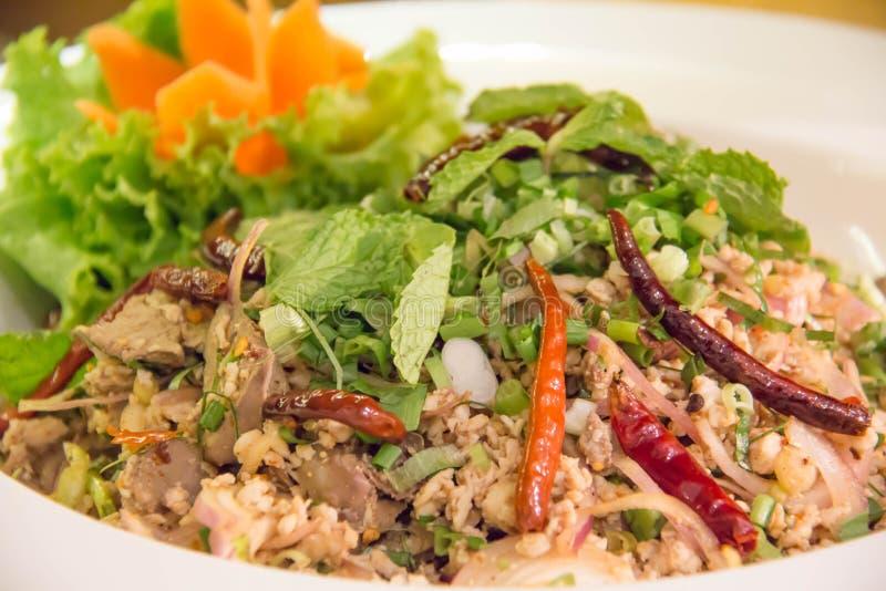 Πικάντικη σαλάτα με κομματιασμένος και χοιρινό κρέας στοκ εικόνα