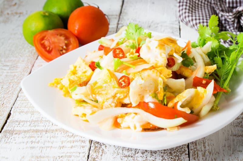 Πικάντικη σαλάτα με τα τηγανισμένα αυγά στοκ εικόνα με δικαίωμα ελεύθερης χρήσης