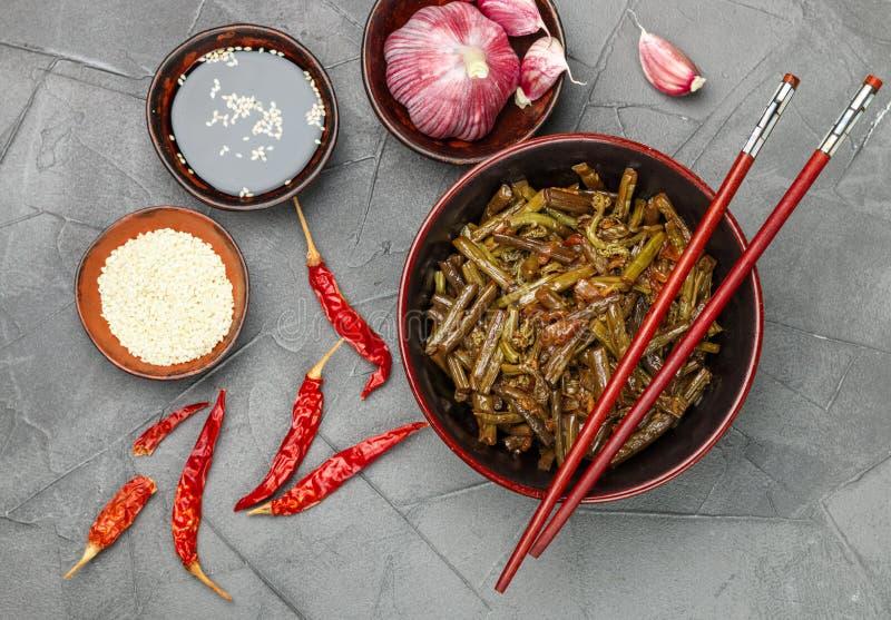 Πικάντικη σαλάτα φτερών φτερών με το κρεμμύδι, το σκόρδο, το πιπέρι τσίλι, τη σάλτσα σόγιας, τους σπόρους σουσαμιού και τα καρυκε στοκ εικόνα