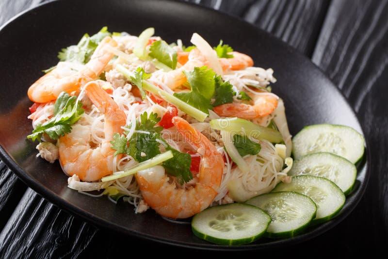 Πικάντικη σαλάτα Yum Woon Sen με τις γαρίδες, το χοιρινό κρέας και την κινηματογράφηση σε πρώτο πλάνο λαχανικών στον πίνακα : στοκ εικόνα