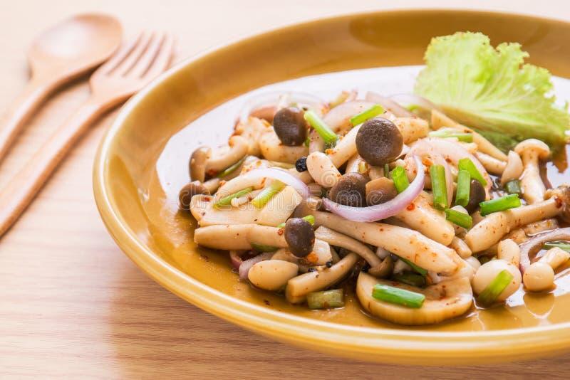 Πικάντικη σαλάτα μανιταριών στο πιάτο, ταϊλανδικά τρόφιμα στοκ φωτογραφία