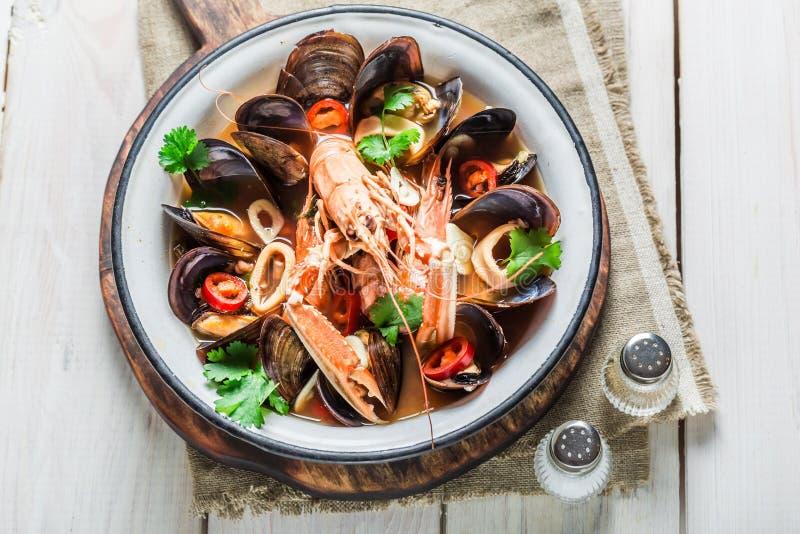 Πικάντικη σούπα θαλασσινών με το μίγμα των οστρακόδερμων στοκ εικόνα
