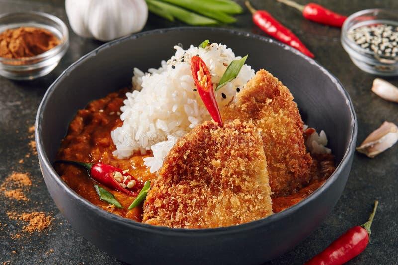 Πικάντικη τριζάτη τηγανισμένη λωρίδα χοιρινού κρέατος με το κάρρυ και το ρύζι στοκ εικόνες