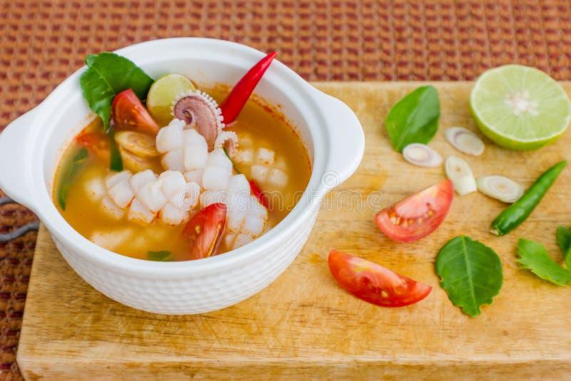 Πικάντικη lemongrass καλαμαριών σούπα στοκ φωτογραφίες
