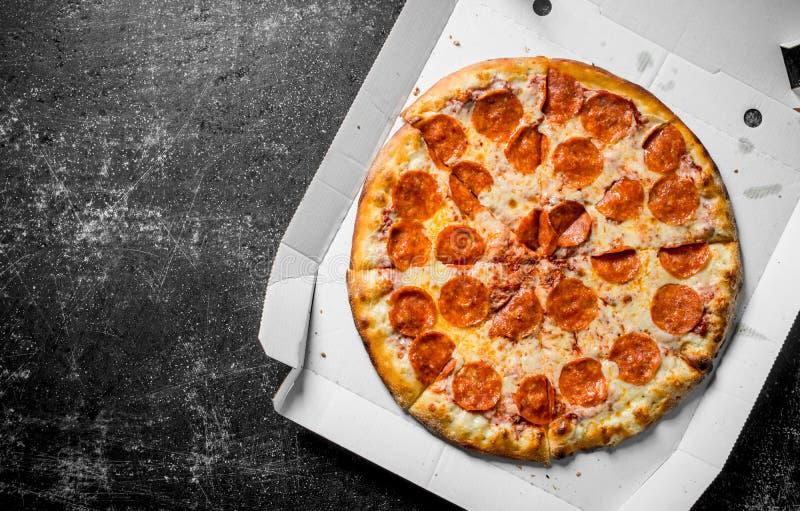 Πικάντικη pepperoni πίτσα στο κιβώτιο στοκ φωτογραφίες με δικαίωμα ελεύθερης χρήσης