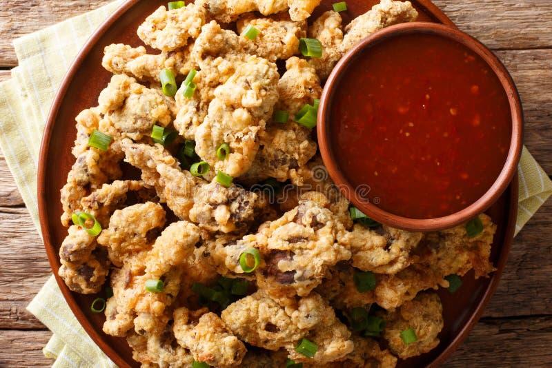 Πικάντικοι τριζάτοι τηγανισμένοι στόμαχοι κοτόπουλου που εξυπηρετούνται με τα πράσινα κρεμμύδια και στοκ εικόνα με δικαίωμα ελεύθερης χρήσης