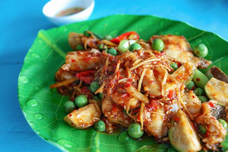 Πικάντικος ανακατώστε τα τηγανισμένα ψάρια με τα χορτάρια στοκ εικόνες με δικαίωμα ελεύθερης χρήσης