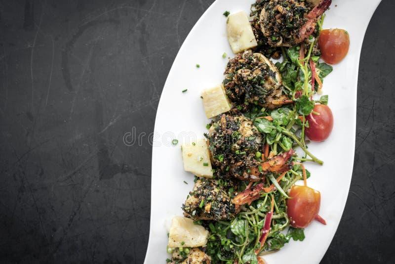 Πικάντικος ανακατώστε τις τηγανισμένες γαρίδες με τη σάλτσα σκόρδου και kampot πιπεριών στοκ φωτογραφία με δικαίωμα ελεύθερης χρήσης