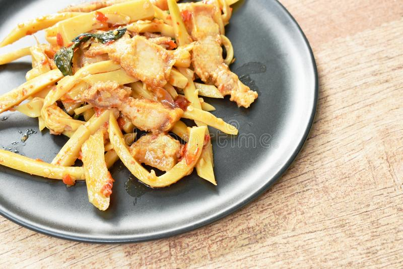 Πικάντικος ανακατώστε τον τηγανισμένο βλαστό μπαμπού με το τριζάτο κάρρυ χοιρινού κρέατος στο πιάτο στοκ εικόνες με δικαίωμα ελεύθερης χρήσης