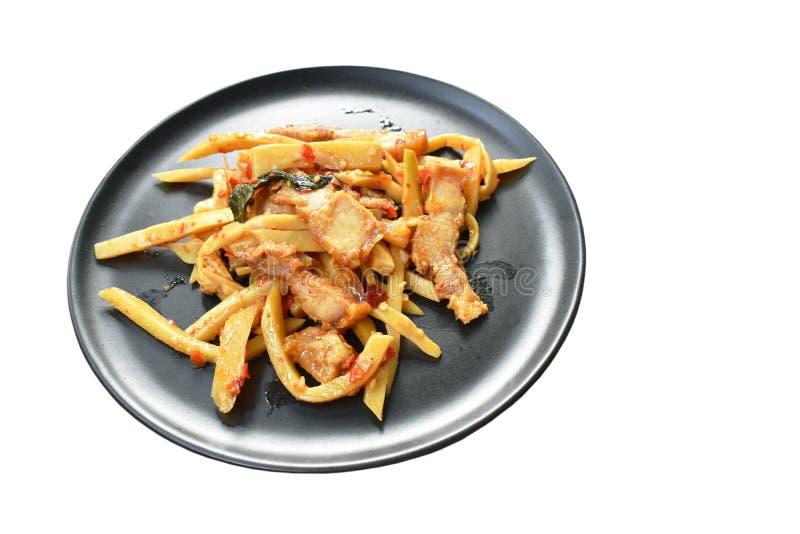 Πικάντικος ανακατώστε τον τηγανισμένο βλαστό μπαμπού με το τριζάτο κάρρυ χοιρινού κρέατος στο πιάτο στοκ φωτογραφία με δικαίωμα ελεύθερης χρήσης