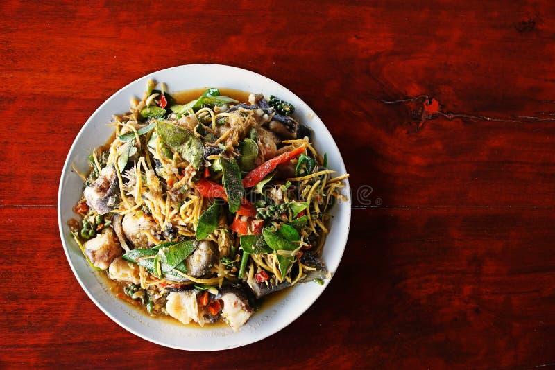 Πικάντικος ανακατώστε το τηγανισμένο γατόψαρο, πικάντικα ταϊλανδικά τρόφιμα στοκ εικόνες με δικαίωμα ελεύθερης χρήσης