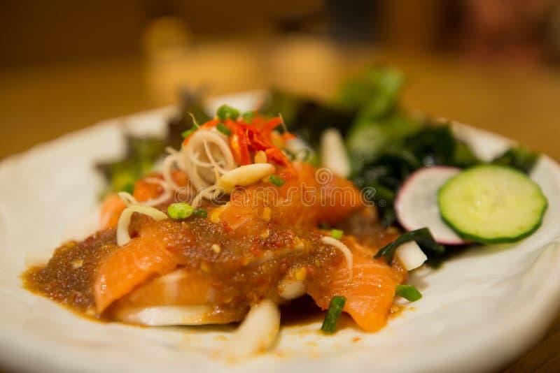Πικάντικος σολομός κλήσης σαλάτας σολομών yum στοκ φωτογραφίες