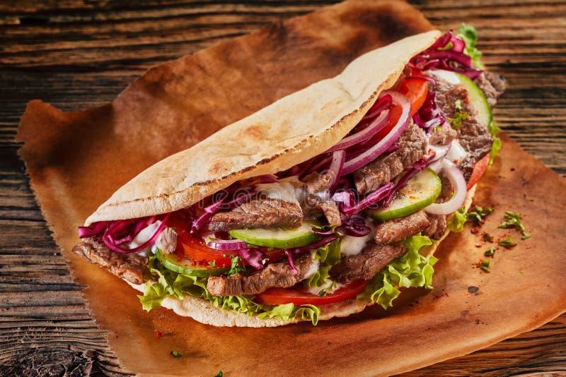 Πικάντικο ασιατικό doner kebab ψημένο tortilla στοκ φωτογραφία