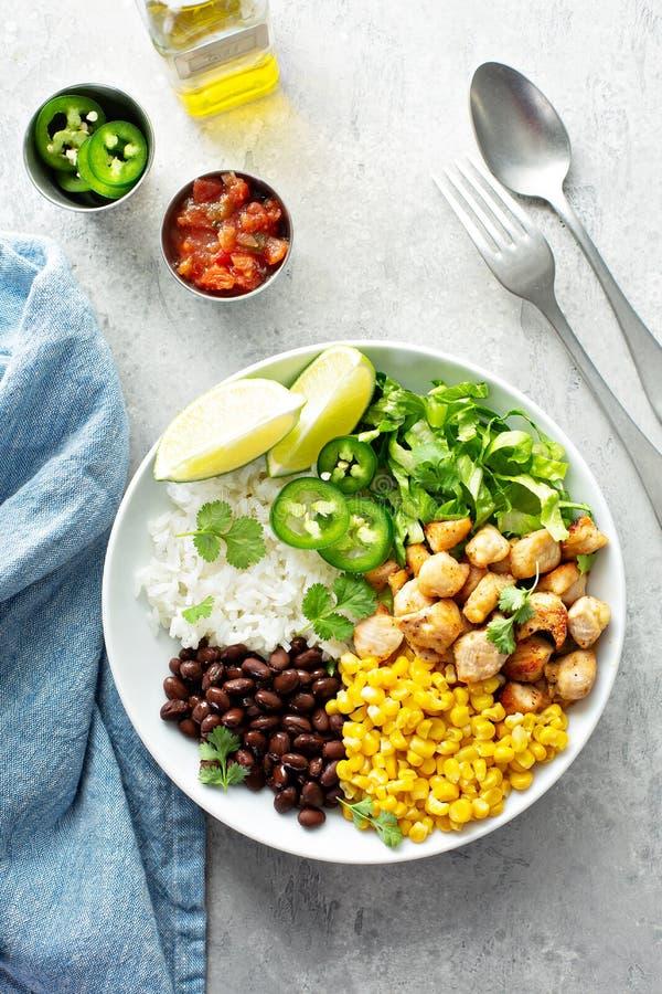 Πικάντικο κοτόπουλο Chipotle με το καλαμπόκι ρυζιού, φασόλια στοκ εικόνα με δικαίωμα ελεύθερης χρήσης