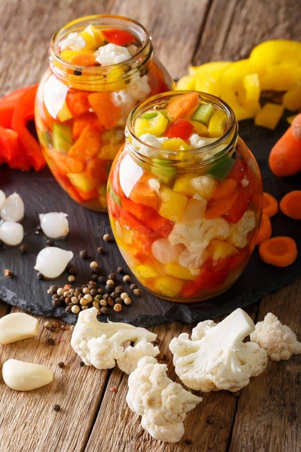 Πικάντικο σπιτικό παστωμένο Giardiniera με τα πιπέρια, τα καρότα και Cau στοκ εικόνα