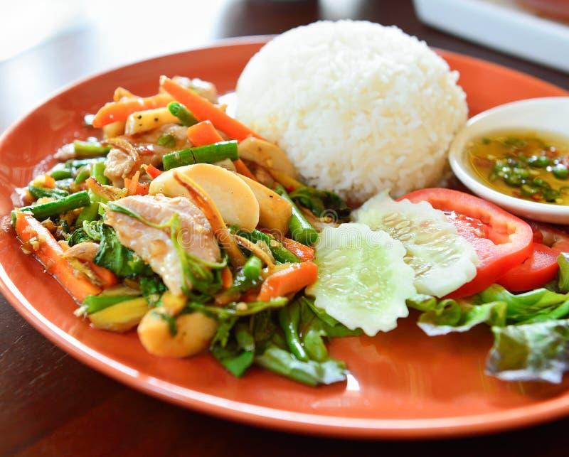Πικάντικο τηγανισμένο τρόφιμα χοιρινό κρέας με το φύλλο βασιλικού στοκ εικόνα με δικαίωμα ελεύθερης χρήσης