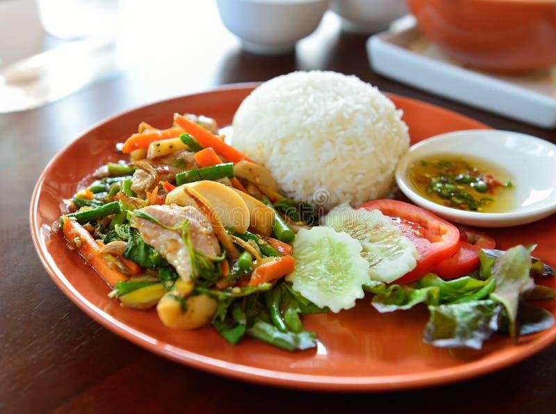 Πικάντικο τηγανισμένο τρόφιμα χοιρινό κρέας με το φύλλο βασιλικού στοκ εικόνα