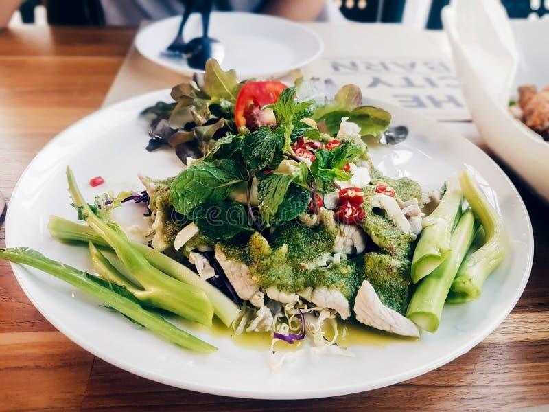 Πικάντικο χοιρινό κρέας με τη σαλάτα του Kale στοκ εικόνες με δικαίωμα ελεύθερης χρήσης