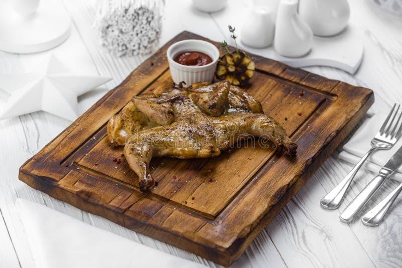 Πικάντικο ψημένο στη σχάρα κοτόπουλο με τη βυθίζοντας σάλτσα ντοματών στοκ εικόνα με δικαίωμα ελεύθερης χρήσης