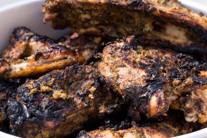 Πικάντικο ψημένο στη σχάρα κοτόπουλο τραντάγματος στοκ εικόνες