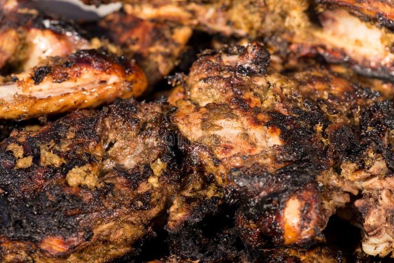 Πικάντικο ψημένο στη σχάρα κοτόπουλο τραντάγματος στοκ εικόνα