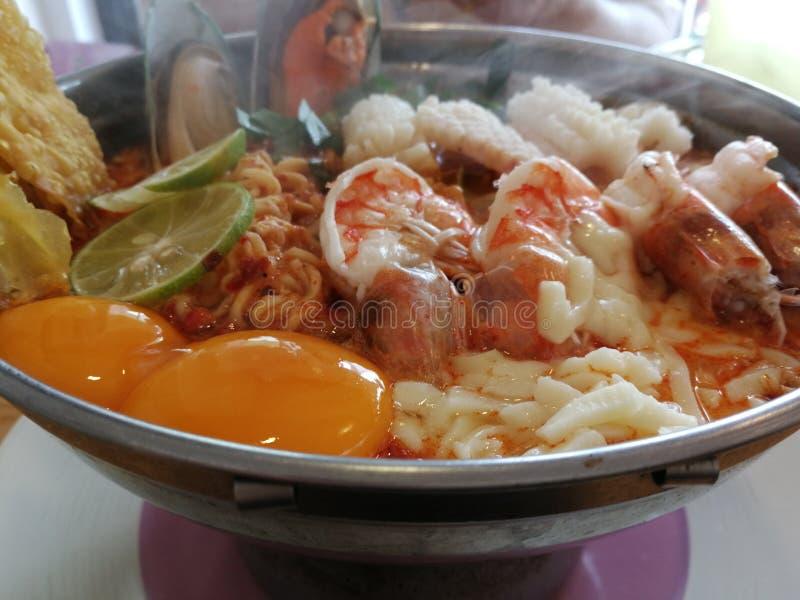 Πικάντικο nooddle†‹soup†‹με τα θαλασσινά στοκ εικόνα