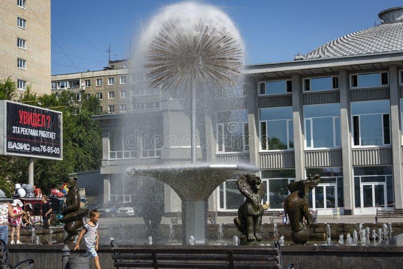 Πικραλίδα πηγών μπροστά από το κτήριο τσίρκων του Σαράτοβ Επίσκεψη της πόλης και μια από τις ομορφότερες πηγές του SAR στοκ εικόνες