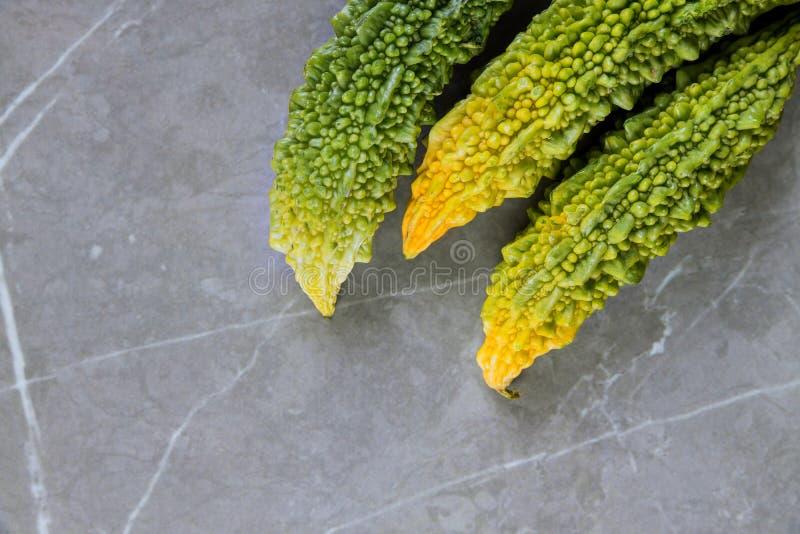 Πικρό φρέσκο οργανικό πράσινο φρούτα ή λαχανικό πεπονιών που καλλιεργούνται στο ινδικό αγρόκτημα στοκ εικόνα με δικαίωμα ελεύθερης χρήσης
