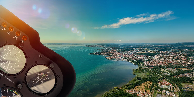Πιλοτήριο ελικοπτέρων με την εναέρια άποψη σχετικά με τη λίμνη και το τοπίο στοκ εικόνες