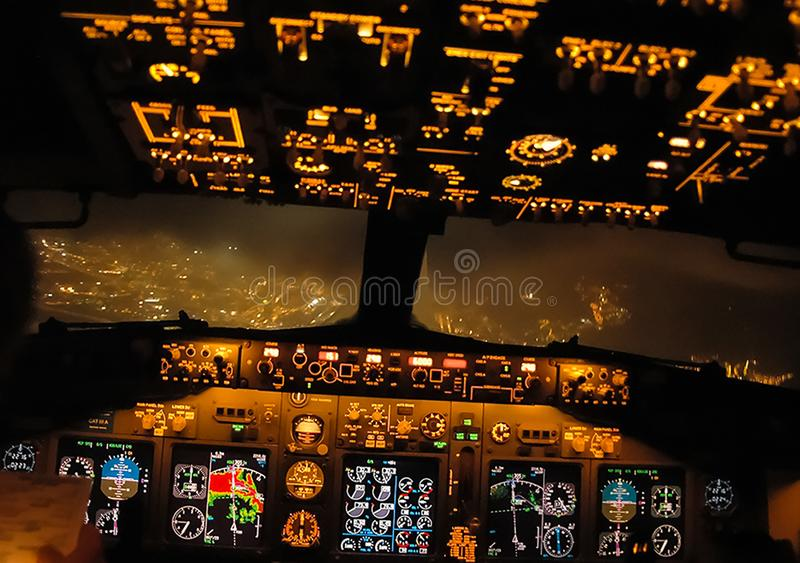 Πιλοτήριο ενός επιβάτη αεροπλάνου Άποψη από το πιλοτήριο κατά τη διάρκεια στοκ εικόνες