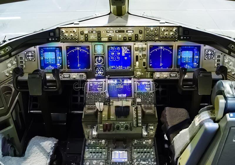 Πιλοτήριο ενός επιβάτη αεροπλάνου Άποψη από το πιλοτήριο κατά τη διάρκεια στοκ εικόνα