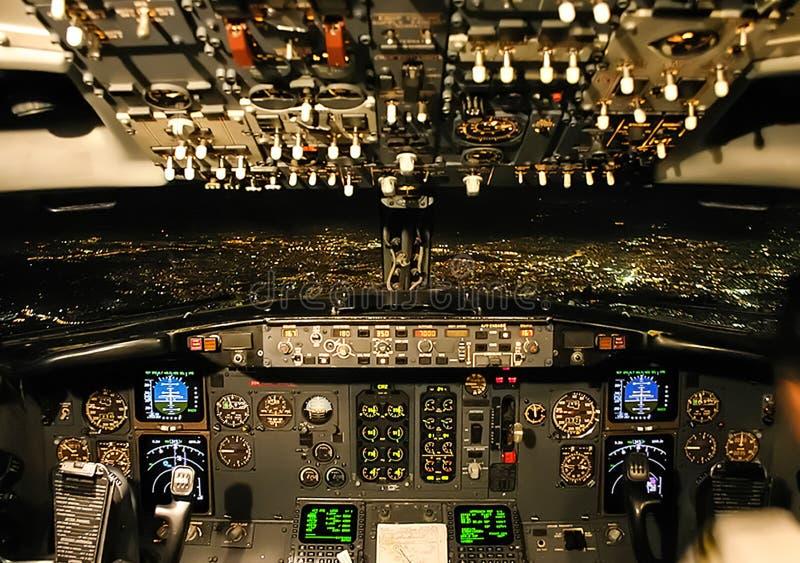 Πιλοτήριο ενός επιβάτη αεροπλάνου Άποψη από το πιλοτήριο κατά τη διάρκεια στοκ εικόνα με δικαίωμα ελεύθερης χρήσης