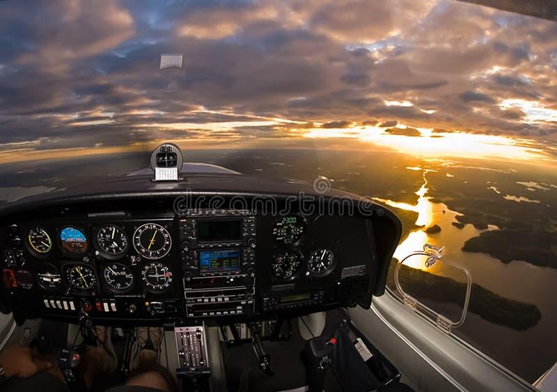 Πιλοτήριο ενός επιβάτη αεροπλάνου Άποψη από το πιλοτήριο κατά τη διάρκεια στοκ φωτογραφίες με δικαίωμα ελεύθερης χρήσης