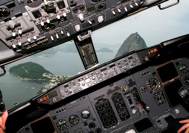 Πιλοτήριο ενός επιβάτη αεροπλάνου Άποψη από το πιλοτήριο κατά τη διάρκεια στοκ φωτογραφία