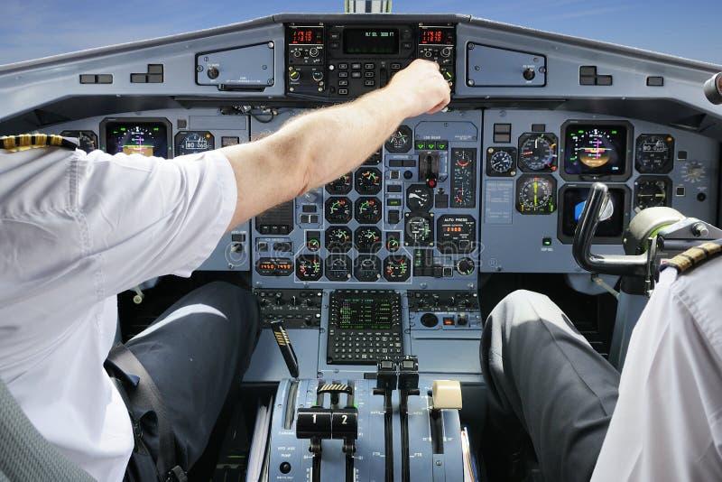 Πιλότοι στο πιλοτήριο αεροπλάνων στοκ φωτογραφία με δικαίωμα ελεύθερης χρήσης