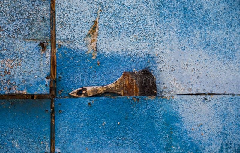 Πινέλο στο μπλε σκουριασμένο υπόβαθρο στοκ εικόνες