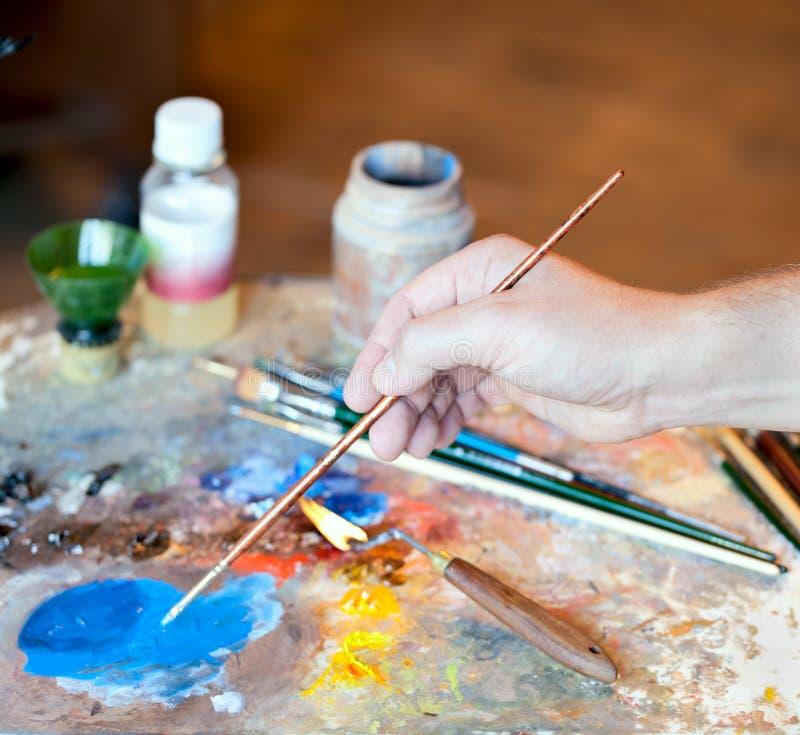 πινέλο χεριών καλλιτεχνών στοκ εικόνες