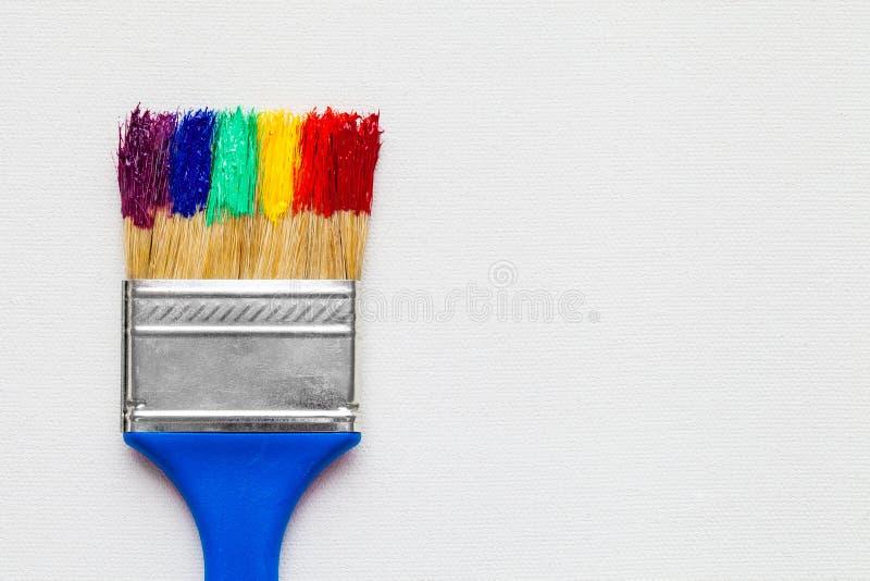 Πινέλο με το χρώμα στον άσπρο καμβά στοκ εικόνες