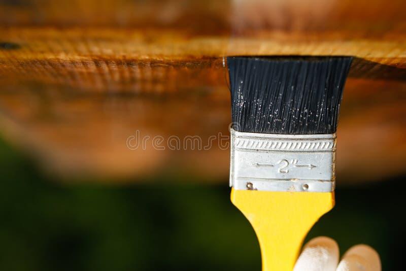 Πινέλο που γλιστρά πέρα από την ξύλινη ανώτατη επιφάνεια στοκ εικόνα