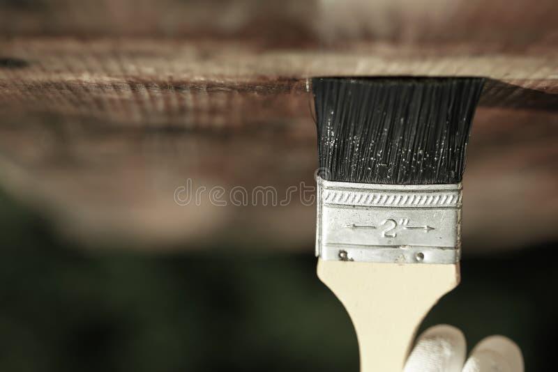 Πινέλο που γλιστρά πέρα από την ξύλινη ανώτατη επιφάνεια στοκ φωτογραφίες