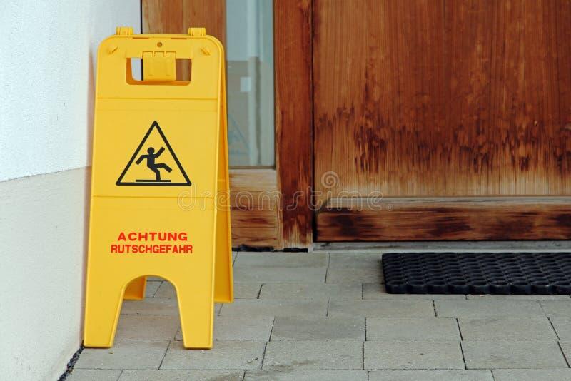 Πινακίδα - κίνδυνος ολίσθησης προσοχής στοκ φωτογραφία με δικαίωμα ελεύθερης χρήσης