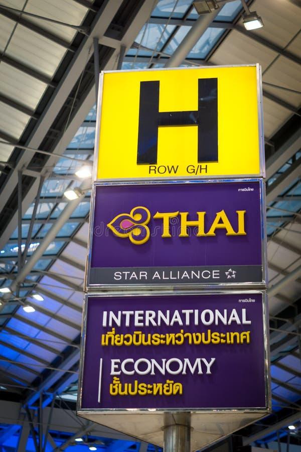 Πινακίδα των ταϊλανδικών εναέριων διαδρόμων στον αερολιμένα Suvarnabhumi στοκ εικόνες
