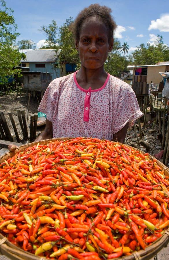 Πιπέρι γυναικών Papuan που πωλείται στην παραδοσιακή αγορά στοκ φωτογραφία με δικαίωμα ελεύθερης χρήσης